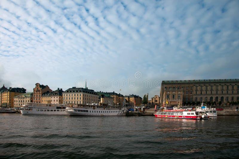Водные пути, шлюпки и красивые старые здания в Стокгольме, Швеции стоковые изображения