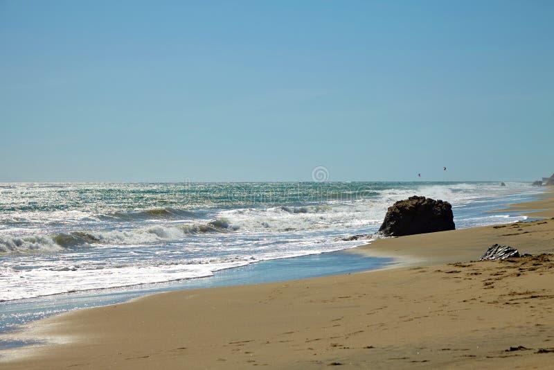 Волны бить против прибрежных утесов на скалах стоковое изображение