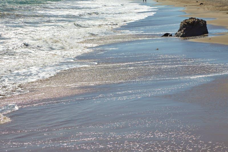 Волны бить против прибрежных утесов на скалах стоковое фото