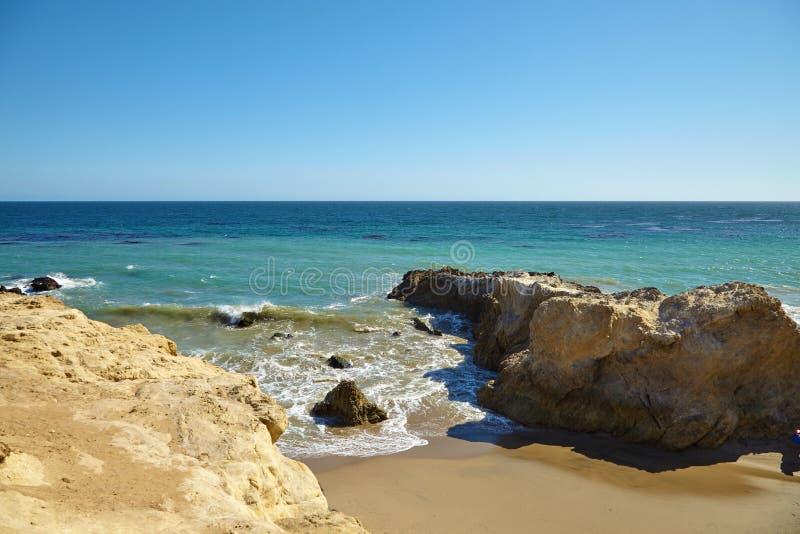 Волны бить против прибрежных утесов на скалах стоковые изображения rf