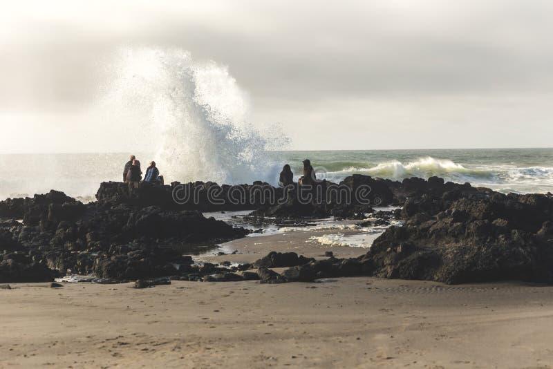 Волны брызгая около людей на колодце ` s Тора стоковое фото rf