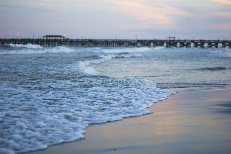 Волны во время захода солнца стоковые фотографии rf