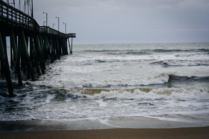 Download Волны в Атлантическом океане и пристани рыбной ловли в Вирджинии Bea Стоковое Фото - изображение насчитывающей парк, сценарно: 81801328