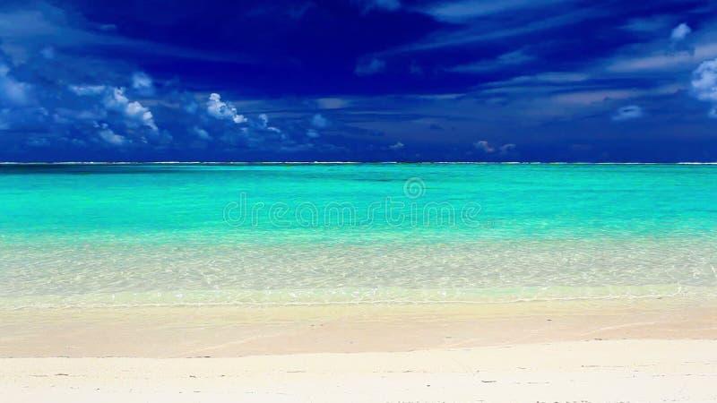 Волны на дезертированном тропическом пляже, Острова Кука сток-видео