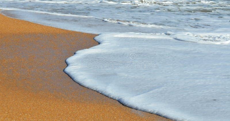 Волны ломая на пляже стоковая фотография rf