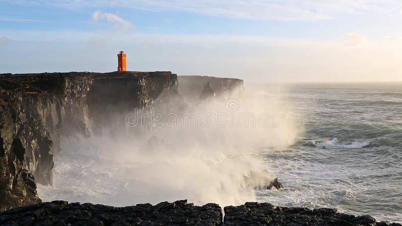 Волны ломая на черных утесах в Исландии сток-видео
