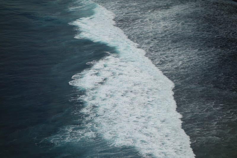 Волны разбивая на холме стоковое изображение rf