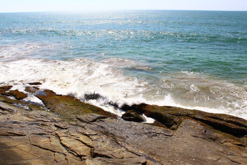 Волны ударили утесы стоковое фото rf