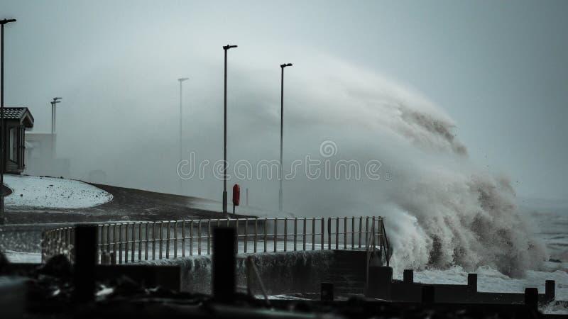 Волны шторма колотя береговую линию Великобритании стоковые фото