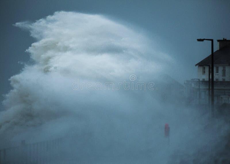 Волны шторма ударяя береговую линию стоковые изображения rf