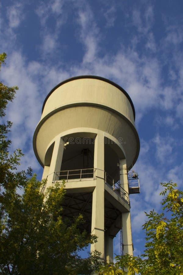 Водонапорная башня в небе стоковые фотографии rf