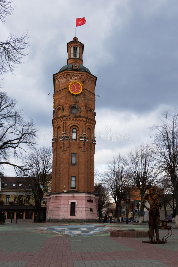 Водонапорная башня, поднимая в город Vinnitsa, страна Украины стоковое изображение rf