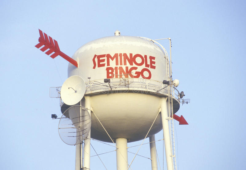Водонапорная башня с стрелками и спутниковыми антенна-тарелками, индейской резервацией Seminole в Флориде стоковые фотографии rf