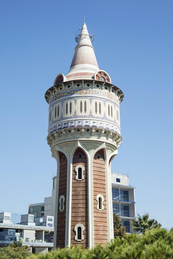 Водонапорная башня Torre de las Aguas de Fenosa закрыла к больнице Del Mar в Barceloneta, Барселоне, Испании стоковое изображение rf