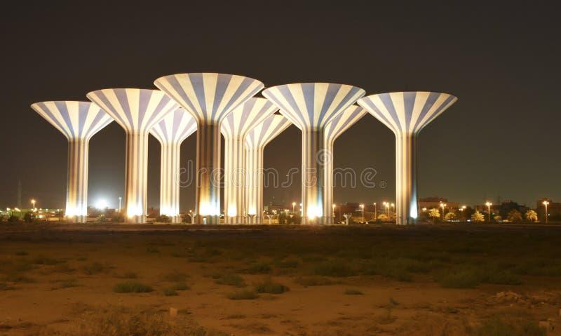 Водонапорные башни на ноче в пустыне стоковое изображение rf
