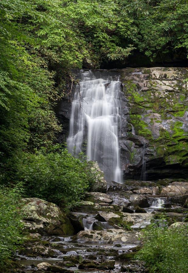 Водопад в больших закоптелых горах стоковые фото