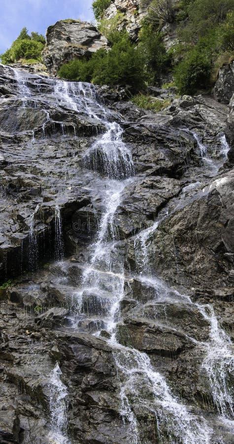 Водопад в горах стоковое изображение rf