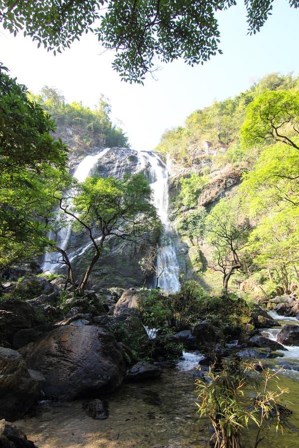 Download Водопад в лесе стоковое изображение. изображение насчитывающей туризм - 37928377