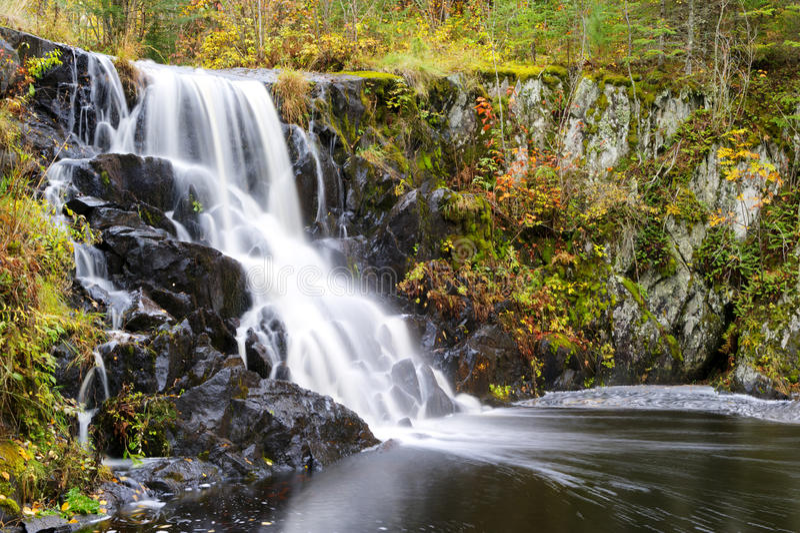 Водопад в осени стоковое изображение rf