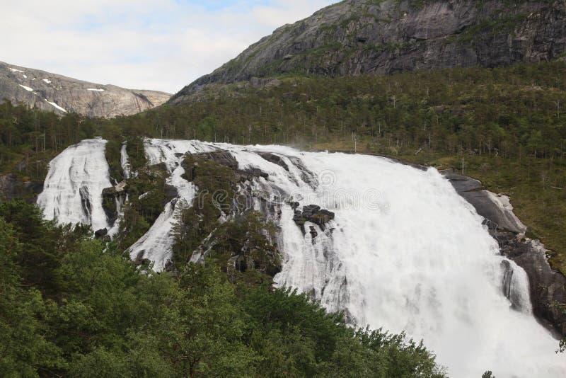 Водопад в долине Husedalen в национальном парке Hardangervidda, Норвегии стоковая фотография rf