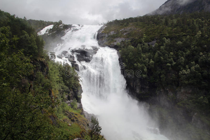 Водопад в долине Husedalen в национальном парке Hardangervidda, Норвегии стоковая фотография