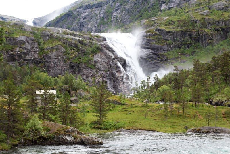 Водопад в долине Husedalen в национальном парке Hardangervidda, Норвегии стоковые изображения rf