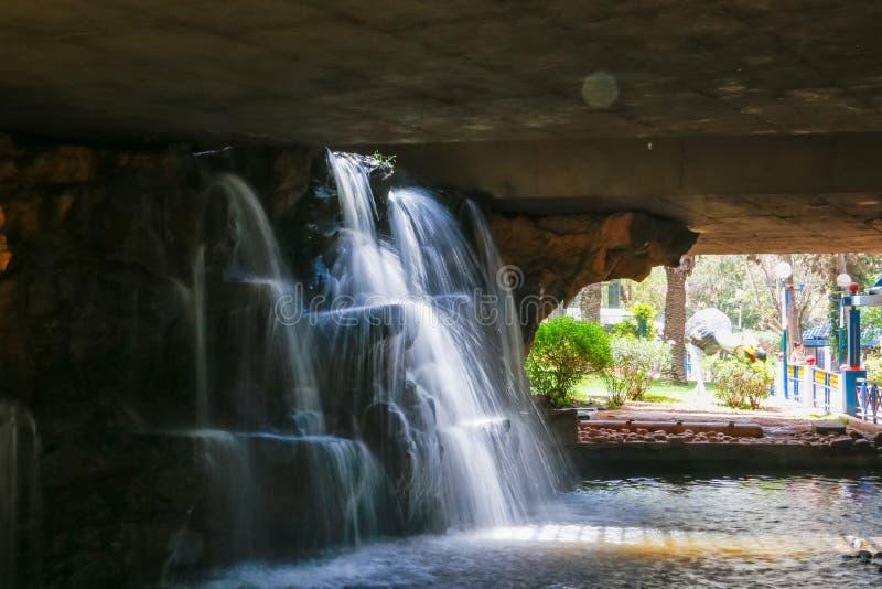 Водопад в парке в солнечном дне стоковые фото