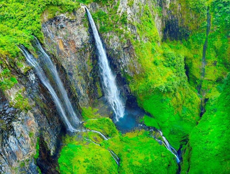 Водопад в тропическом тропическом лесе стоковая фотография rf