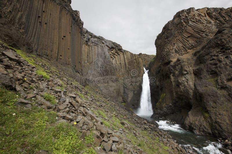 Водопад и базальтовые утесы в Исландии. стоковые фотографии rf