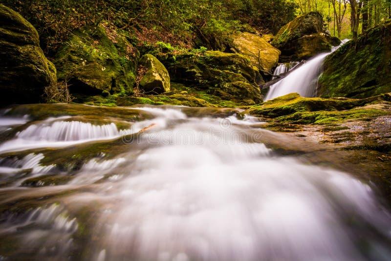 Водопад и каскады на потоке в Holtwood, Пенсильвании стоковые изображения