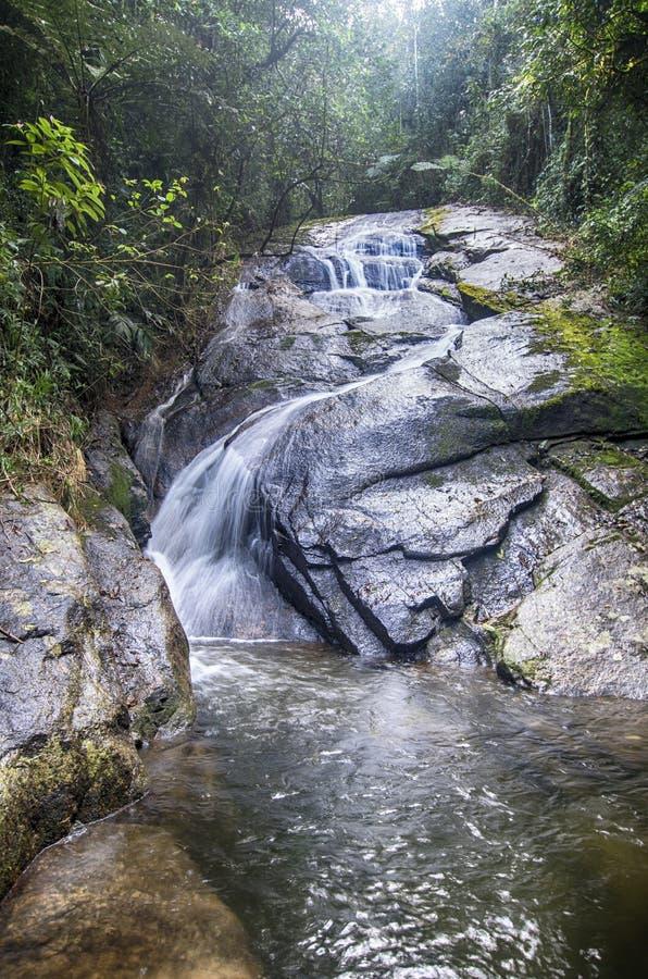 Водопад и утесы стоковое изображение