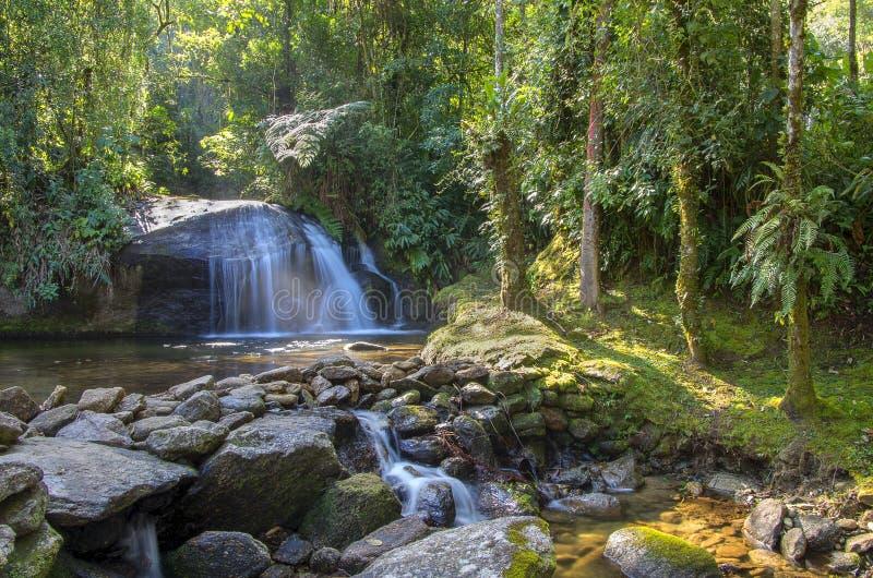 Водопад и утесы стоковые изображения