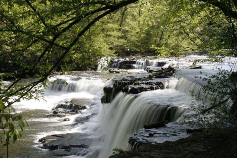Водопад на старом каменном парке Archeaological положения форта стоковое фото rf