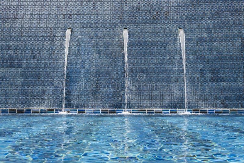 Водопад на poolside стоковая фотография