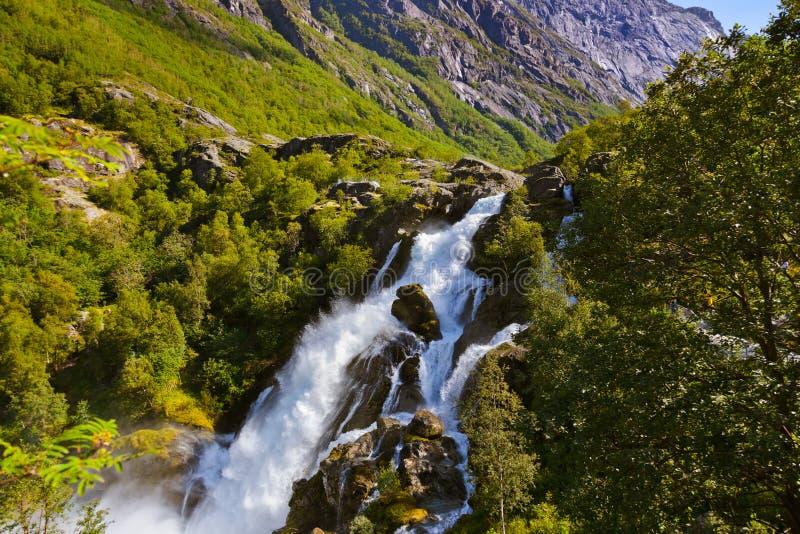 Водопад около ледника Briksdal - Норвегии стоковые фото