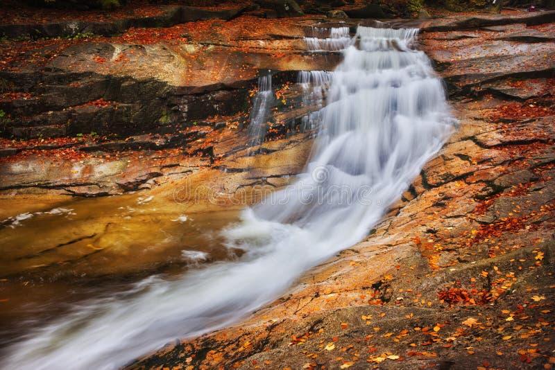 Водопад осени на реке Mumlava стоковая фотография