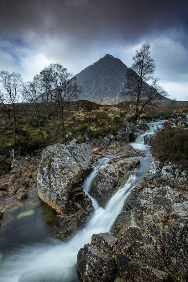Водопад под Mor Buacaillie Etive, Glencoe, Шотландия стоковое изображение rf