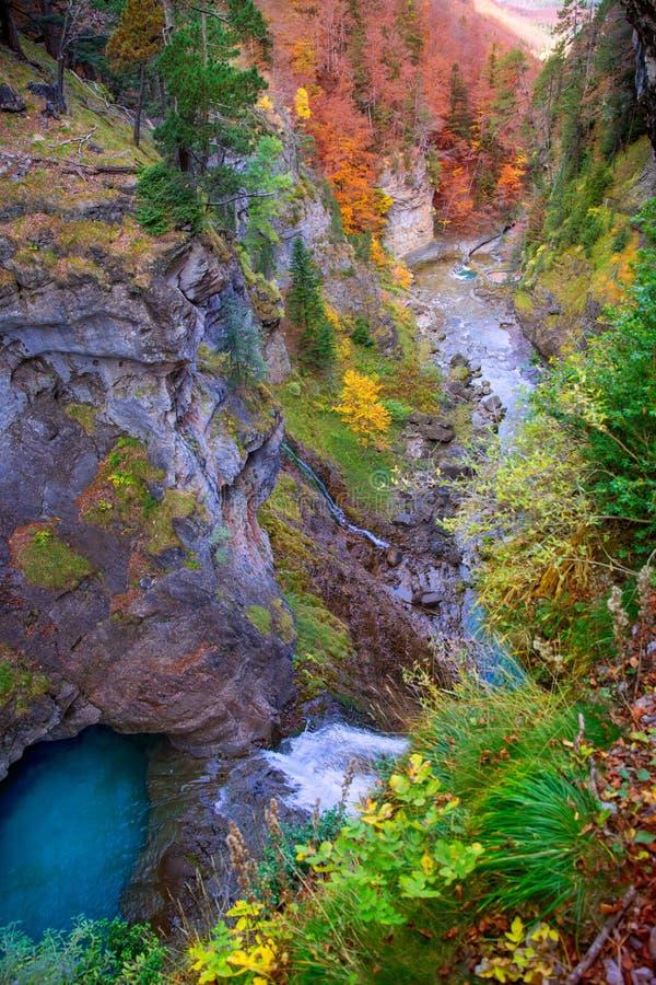 Водопад реки Arazas в долине Пиренеи Уэске Испании Ordesa стоковая фотография rf