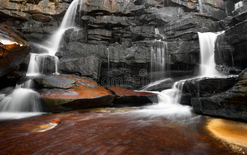 Водопад, утесы и чистая вода реки горы стоковые фотографии rf