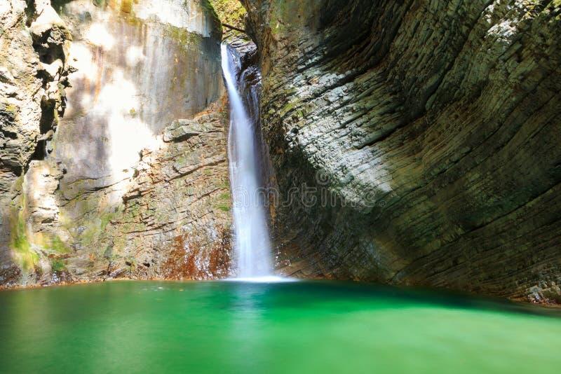 Водопады Kozjak к красивой пещере национального парка Triglav стоковое фото
