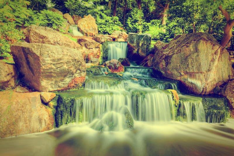 водопад японца сада Парк Голландии в Лондоне, Великобритании стоковая фотография