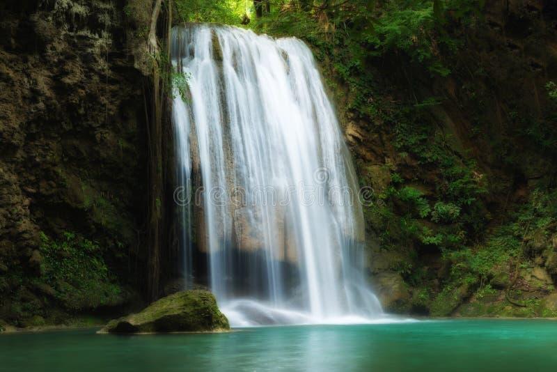 Водопад Erawan красивый лес водопада весной в Ka стоковые фотографии rf