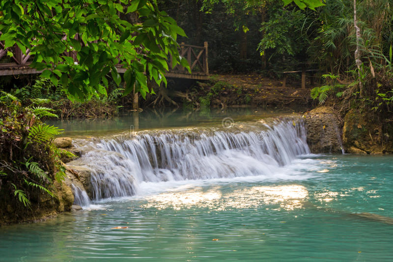 Download Водопад Kuang Si стоковое изображение. изображение насчитывающей естественно - 37928213