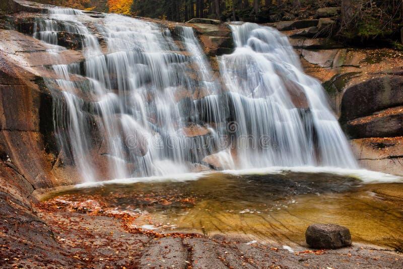 Водопад Mumlava в осени стоковое изображение rf