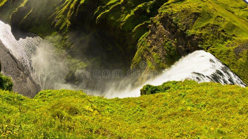 Водопад Skogafoss больше чем 200 футов высоких самый высокий водопад в Исландии стоковые изображения