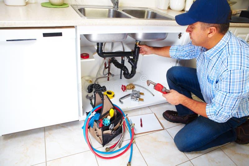 Водопроводчик на кухне стоковая фотография rf