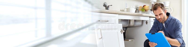 Водопроводчик с доской сзажимом для бумаги стоковое фото rf