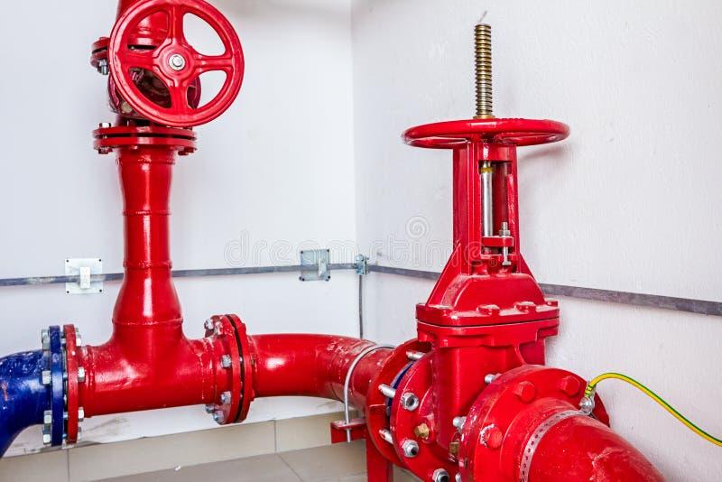 Водоснабжение, контроль системы пожаротушения, покрашенный трубопровод стоковые изображения