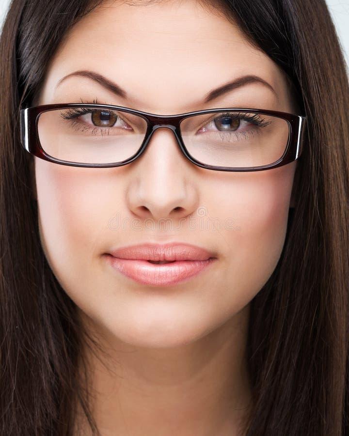 Волосы Брайна, коричневые глаза, безупречная сторона, носящая очки женщина стоковое фото rf