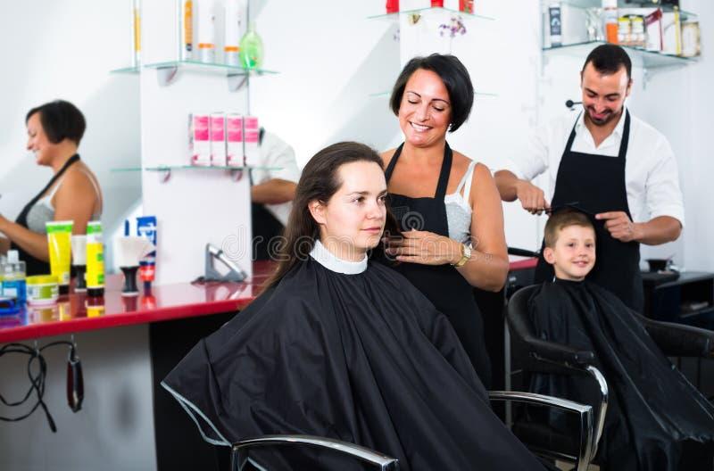 Волосы вырезывания парикмахера мальчика стоковое фото